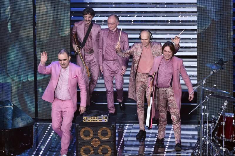 """Testo e significato di """"Vincere l'odio"""", canzone di Elio e le Storie Tese presentata a Sanremo 2016: la band milanese è pronta a sorprendere ancora."""
