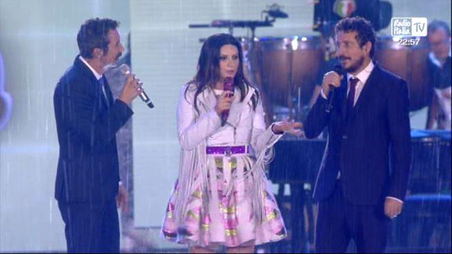 Laura Pausini inizia il suo concerto alzando il dito medio…